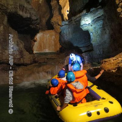 Grotta con canoa