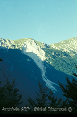 Luce e ombra tra le montagne